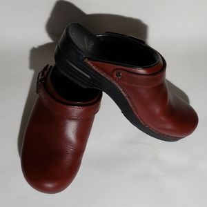 Dansko ingrid burgundy leather clogs